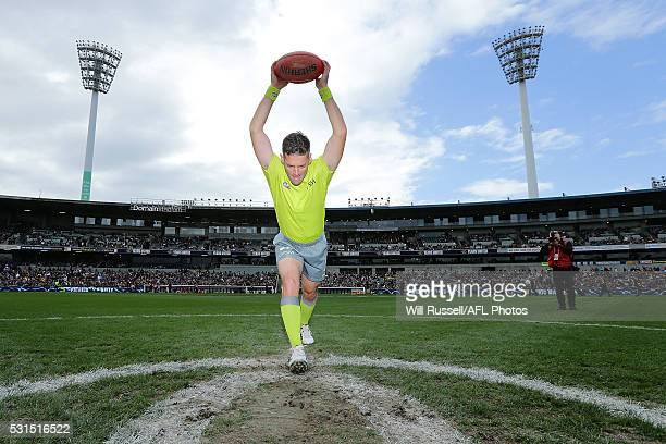 Referee Luke Farmer practices a centre bounce during the round eight AFL match between the West Coast Eagles and the St Kilda Saints at Domain...