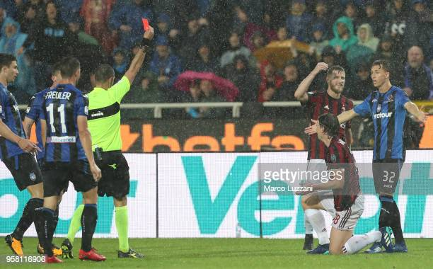 Referee Marco Guida shows the red card to Riccardo Montolivo of AC Milan during the Serie A match between Atalanta BC and AC Milan at Stadio Atleti...