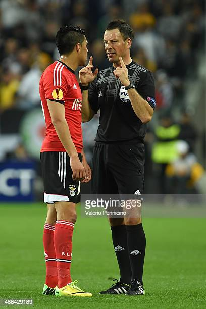 Referee Mark Clattenburg of Great Britain speaks with Enzo Perez of SL Benfica during the UEFA Europa League semi final match between Juventus and SL...