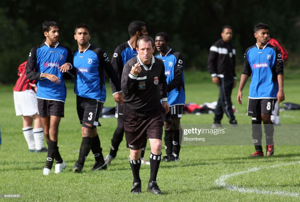 Referee Michael Blatchford from Romford, center, attempts to : News Photo