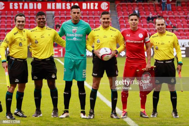 Referee Miguel Chacon poses with Gerardo Ruiz goalkeeper of Atlante and Efraín Velarde of Toluca prior the round of sixteen match between Toluca and...