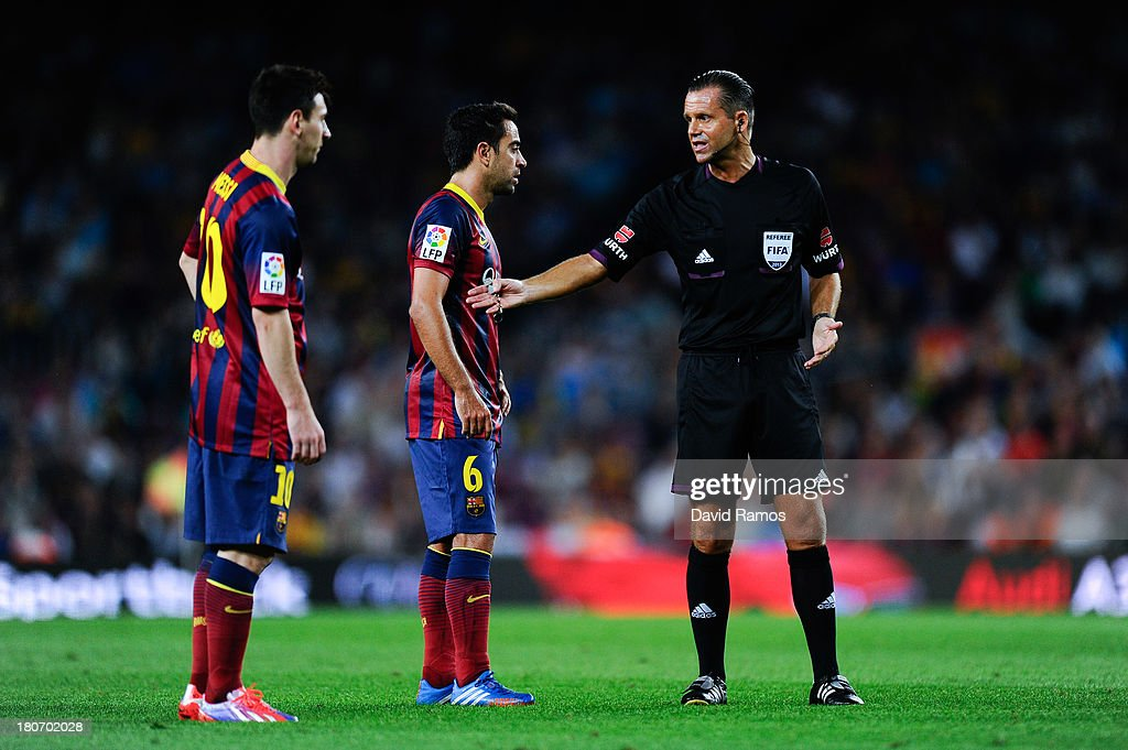 Referee Muniz Fernandez Argues With Lionel Messi And Xavi Hernandez News Photo Getty Images