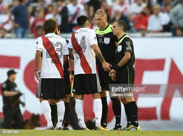 Referee Nestor Pitana talks to Enzo Perez of River Plate during a match between River Plate and Boca Juniors as part of the Superliga 2017/18 at...