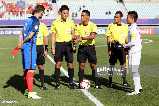 Referee Norbert Hauata conducts the coin toss with Quang Hai Nguyen of Vietnam and Lucas Tousart of France the FIFA U20 World Cup Korea Republic 2017...