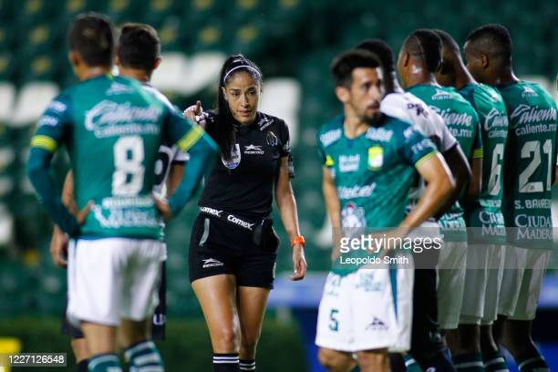 Referee Priscila Perez Borja gives instructions to players during a match between Leon and FC Juarez as part of the friendly tournament Copa Telcel...