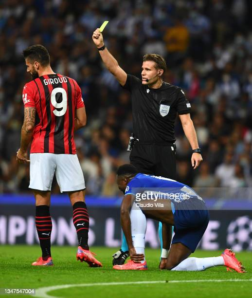 Referee reacts with Olivier Giroud of AC Milan during the UEFA Champions League group B match between FC Porto and AC Milan at Estadio do Dragao on...