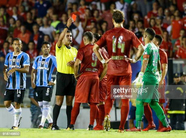 Referee Roddy Zambrano shows a red card to Emmanuel Gigliotti of Independiente during the first leg match between Independiente and Gremio as part of...