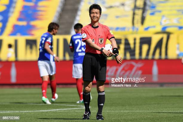Referee Shoichiro Mikami is seen during the JLeague J1 match between Yokohama FMarinos and Vegalta Sendai at Nissan Stadium on May 20 2017 in...