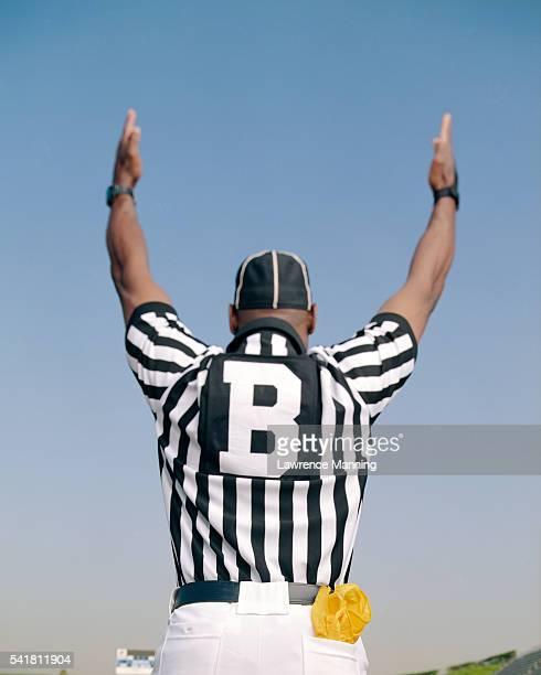 referee signalling score - juiz desportos imagens e fotografias de stock