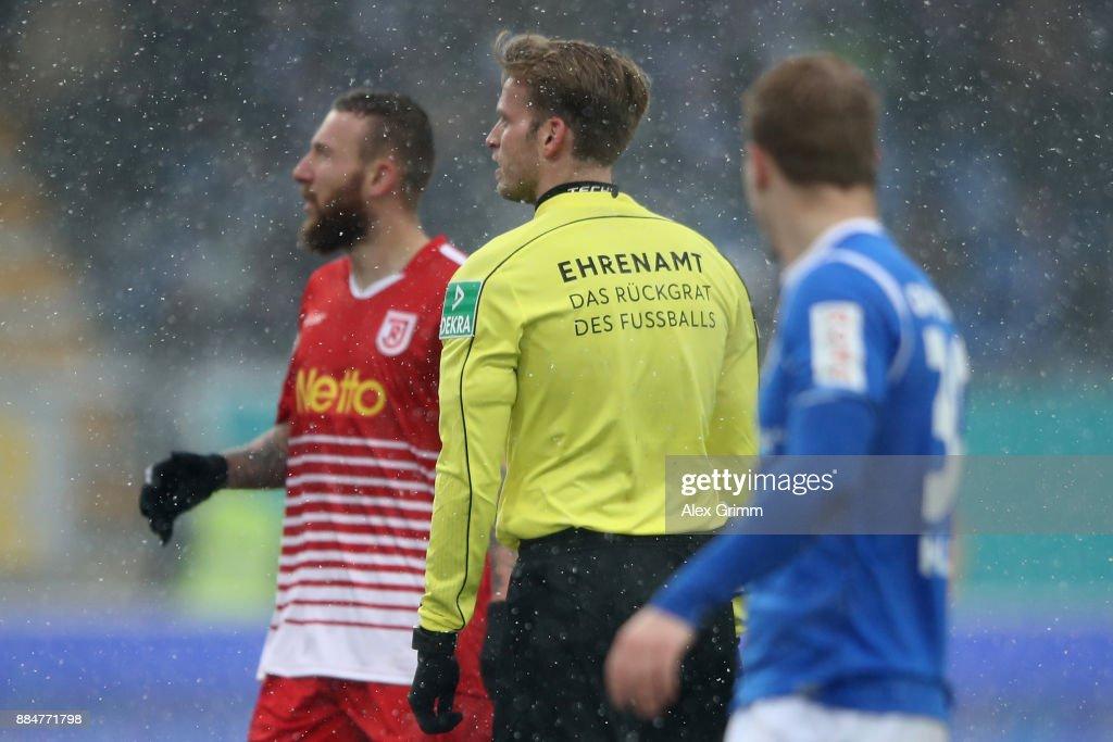 Referee Sven Waschitzki wears a jersey with the slogan 'Ehrenamt, das Rueckgrat des Fussballs' during the Second Bundesliga match between SV Darmstadt 98 and SSV Jahn Regensburg at Merck-Stadion am Boellenfalltor on December 3, 2017 in Darmstadt, Germany.
