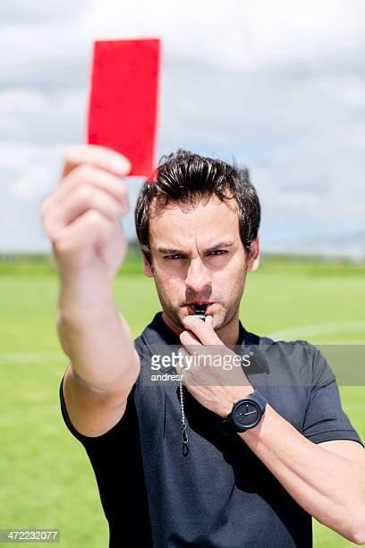 árbitro con una tarjeta roja - oficial deportivo fotografías e imágenes de stock