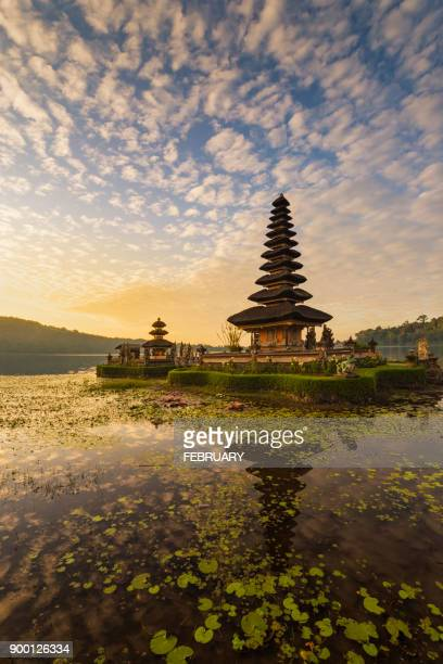 reflecting of pura ulun danu bratan temple - lake bratan area stock pictures, royalty-free photos & images