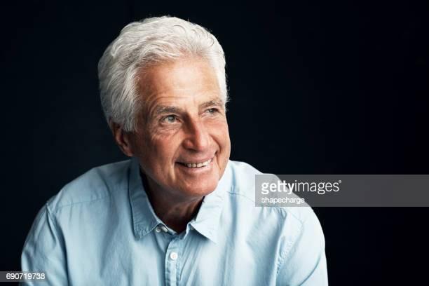 refletindo sobre alguns dos melhores momentos da sua vida - só um homem idoso - fotografias e filmes do acervo