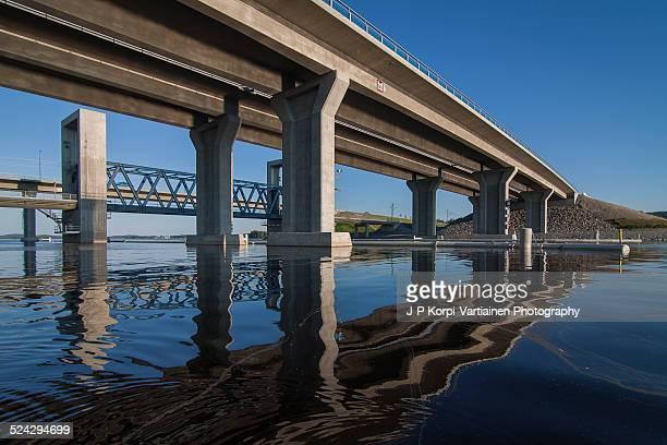 reflecting water under the kallavesi bridges - elevator bridge stockfoto's en -beelden