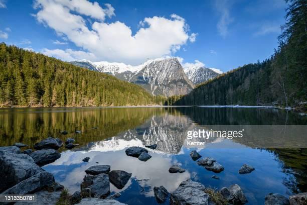 reflexion an einem see in den bergen - kemter stock-fotos und bilder