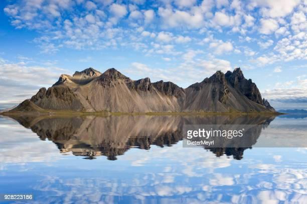reflexión en stokksnes promontorio - vestrahorn en islandia - países del golfo fotografías e imágenes de stock