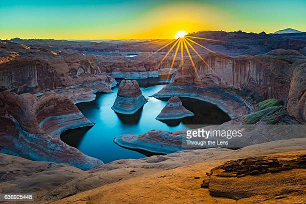 reflection canyon during sunrise - powellmeer stockfoto's en -beelden
