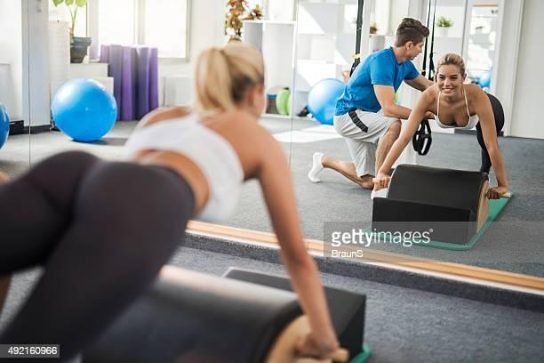 Reflejo en un espejo de una clase de ejercicio de Pilates.