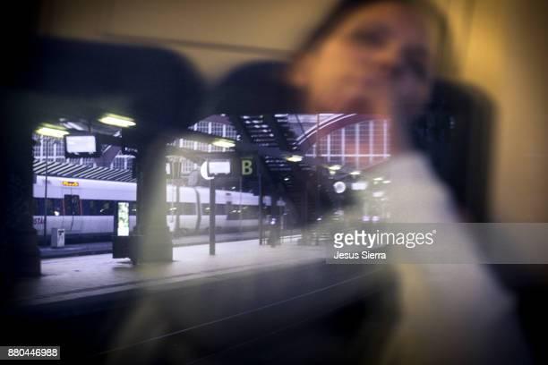 reflection in the train. copenhagen. denmark - licht natuurlijk fenomeen stockfoto's en -beelden
