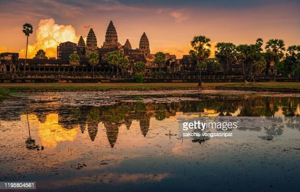 reflection in water of lake against sky during sunset at angkor wat, siem reap, cambodia - シェムリアップ ストックフォトと画像