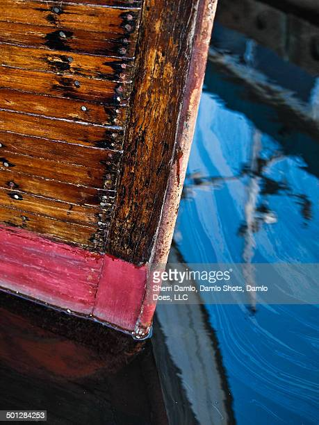 reflection of a boat - damlo does imagens e fotografias de stock