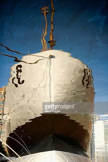 reflection of a cruise ship in the water, inner harbor, baltimore, maryland, usa - schiffsbug stock-fotos und bilder