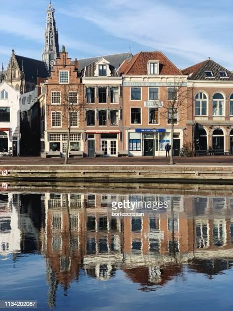 reflection of building in lake against sky - bortes stockfoto's en -beelden