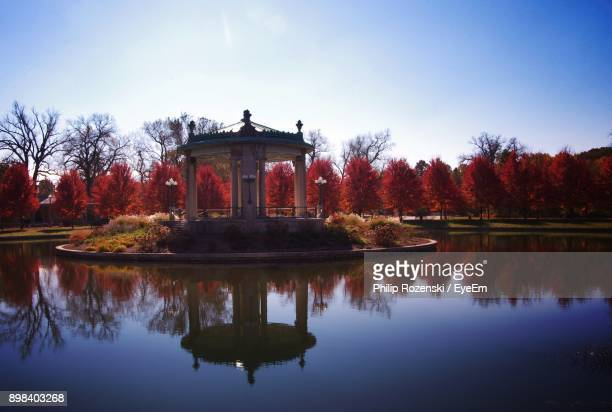 reflection of building in lake - st. louis missouri stock pictures, royalty-free photos & images