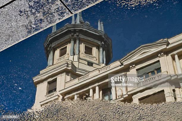 reflection of buildings in a puddle - vicente méndez fotografías e imágenes de stock