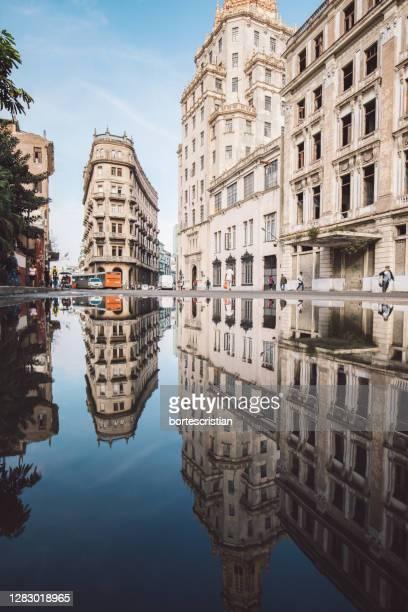 reflection of buildings in canal - bortes fotografías e imágenes de stock