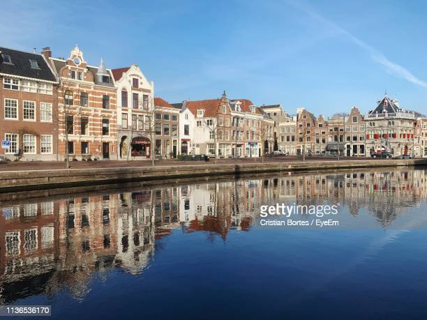 reflection of buildings in city - bortes stockfoto's en -beelden