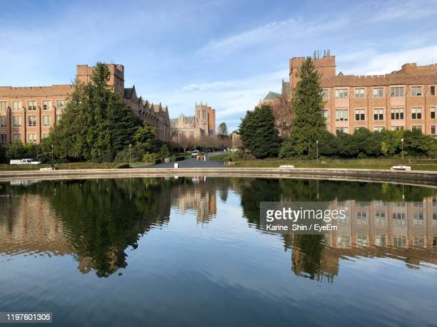 reflection of buildings in lake - ワシントン大学 ストックフォトと画像