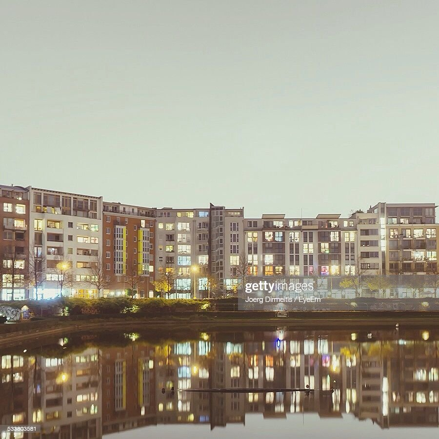 Reflection Of Buildings In Water At Dusk : Foto stock
