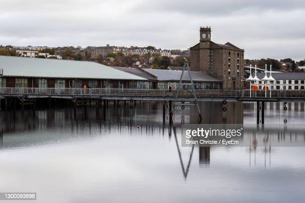 reflection of buildings on river against sky - dundee scotland stock pictures, royalty-free photos & images