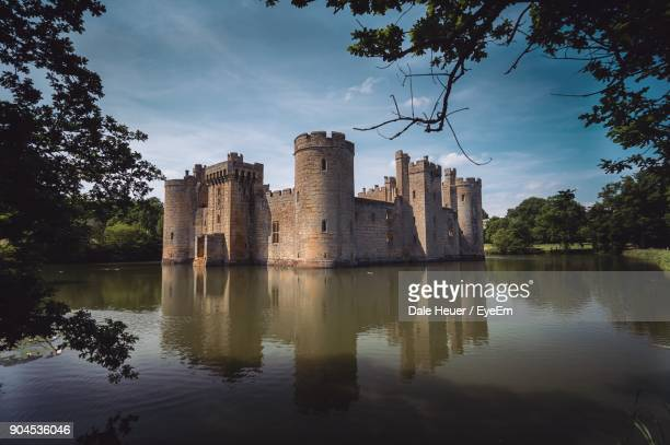 reflection of built structure in lake against sky - castle stock pictures, royalty-free photos & images