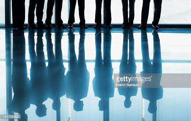 リフレクションのビジネスの人々の列に立つウィンドウ - ラインアップ ストックフォトと画像