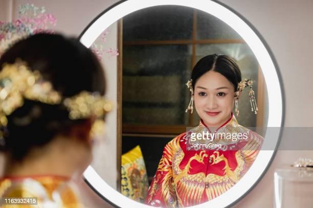 スタイルの髪とアクセサリーと中国の花嫁の反射 - マオカラー ストックフォトと画像