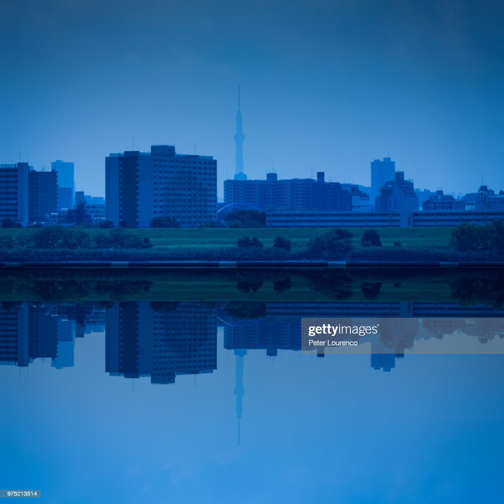 Reflection of city in water : Stock-Foto