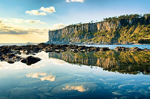 A reflection of coastal cliffs VD702 - gettyimageskorea