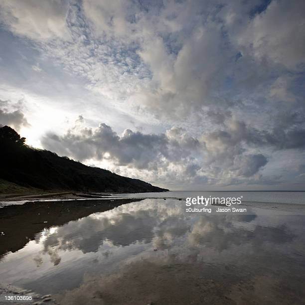 reflection of endless sky on water - s0ulsurfing photos et images de collection