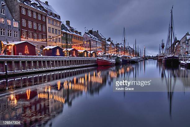 reflection of houses - nyhavn stock pictures, royalty-free photos & images