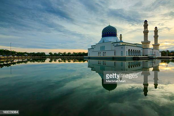 reflection of likas mosque, borneo, sabah, malaysi - sabah state stock pictures, royalty-free photos & images
