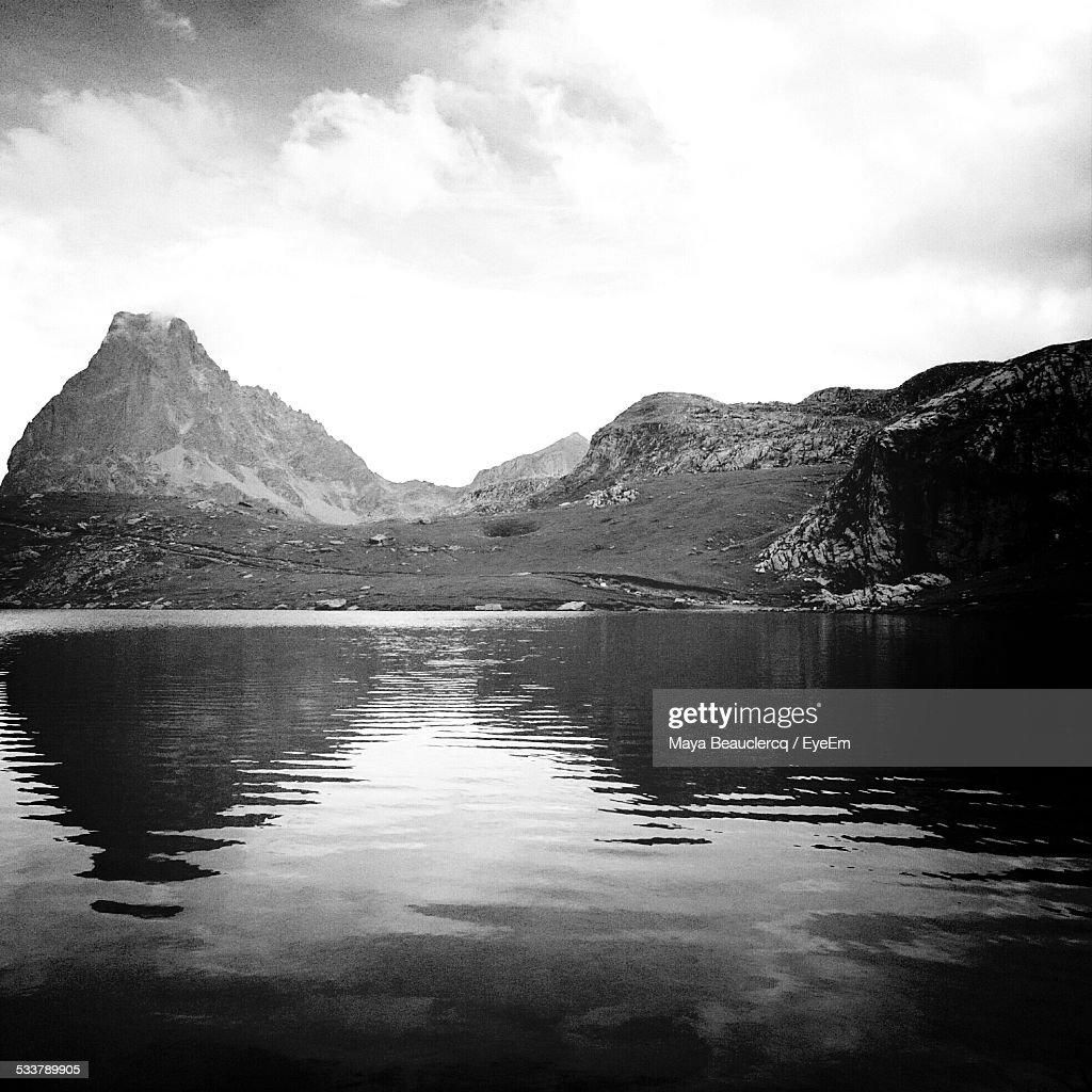 Reflection Of Mountain In Water : Foto stock
