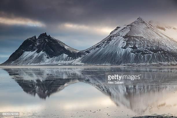 reflection of mountains on the ocean during sunset in vatnajokull national park, iceland. - alex saberi bildbanksfoton och bilder