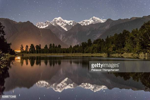 reflection of mt. cook at lake matheson, south island, new zealand - mt cook stockfoto's en -beelden