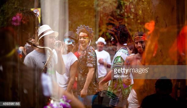 Reflexo de Músico a tocar nas ruas durante o carnaval