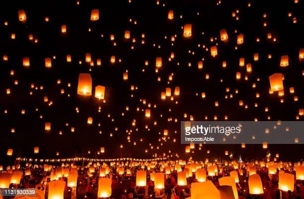 reflection of numerous lanterns in the sky, yeepeng festival , chiangmai, thailand - bougie espoir photos et images de collection