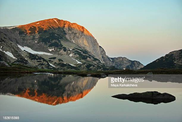 reflection of peak - pirin national park stock pictures, royalty-free photos & images