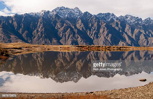 reflection of remarkables in lake - the remarkables stock-fotos und bilder