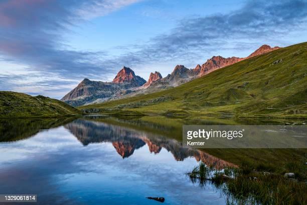 reflexion der berge in einem schönen kleinen see nach sonnenuntergang - kemter stock-fotos und bilder